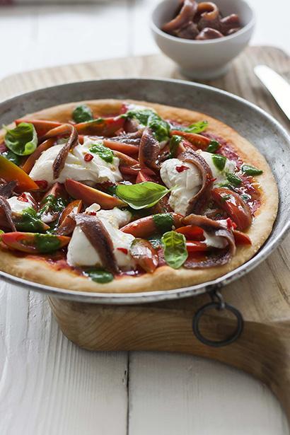 Pizza doppio pomodoro, burrata, acciughe, olio al basilico e peperoncino