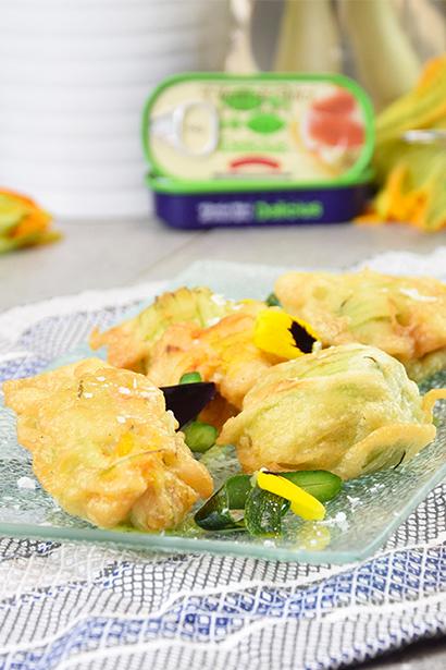 Fiori di zucca pastellati (con mozzarella e acciuga) e salsa di zucchine