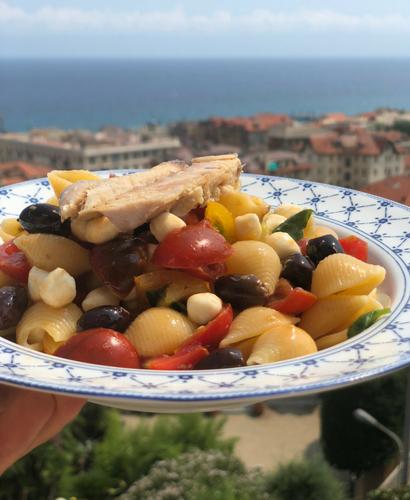 Insalata di pasta con pomodorini, mozzarella, olive, capperi e Sgombro Delicius all'olio d'oliva
