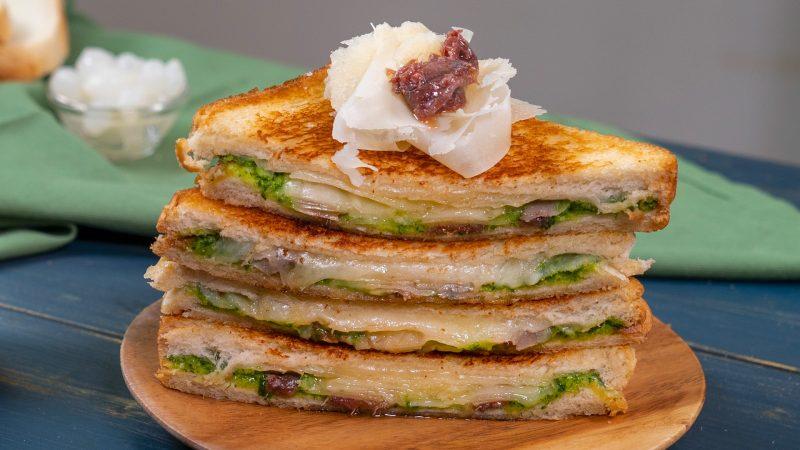 Toast con alici, raspadura e pesto di prezzemolo di Chef in Camicia