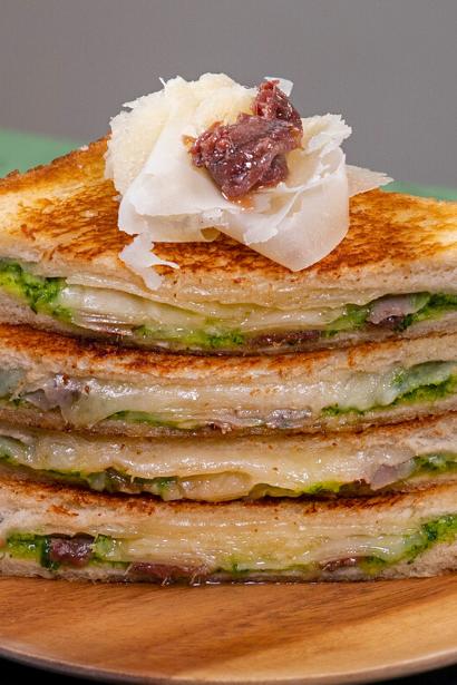 Toast con alici, raspadura e pesto di prezzemolo