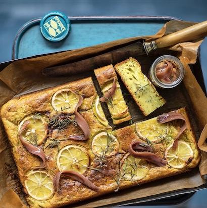 Cake al limone, rosmarino e acciughe